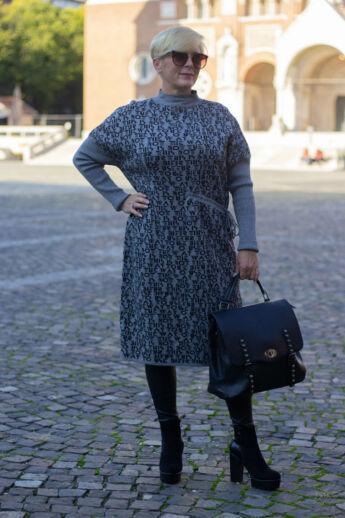 Aloé Szürke alapon fekete mintás maxi kötött pulcsi
