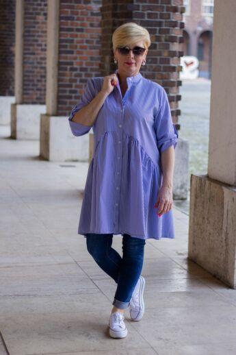 Alisia kék-fehér csíkos ing, alján fodorral