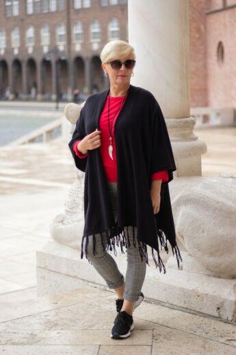Fekete színű pelerin puha kötött mellény