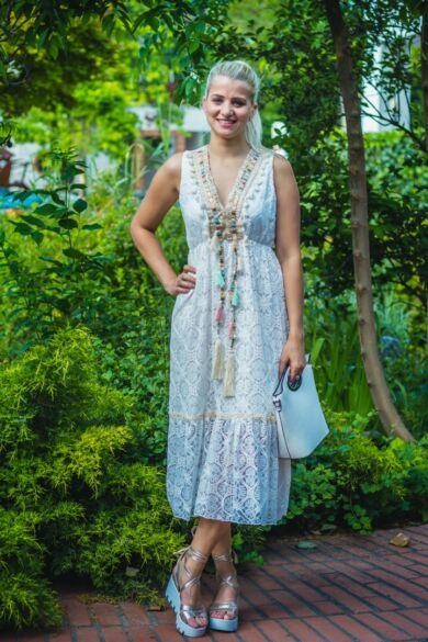 Bella nyakrésznél aranyhímzéses, gyöngyös csipke maxi ruha