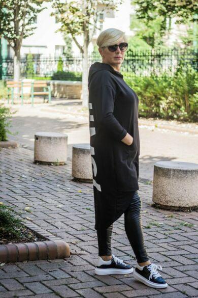 Bonita feketeszínű kapucnis, hátán feliratos, zsebes tunika