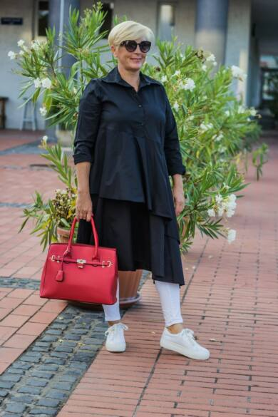 Florensza fekete színű, elöl gombos, fodros hosszú pamut-vászon ing
