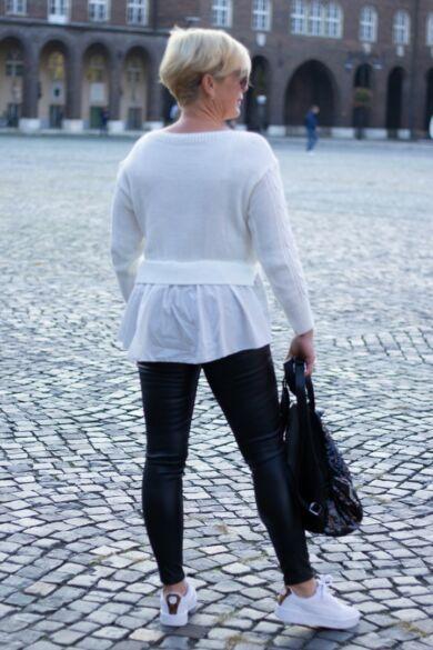 Stella fehér színű, alján fehér ing betétes kötött pulóver