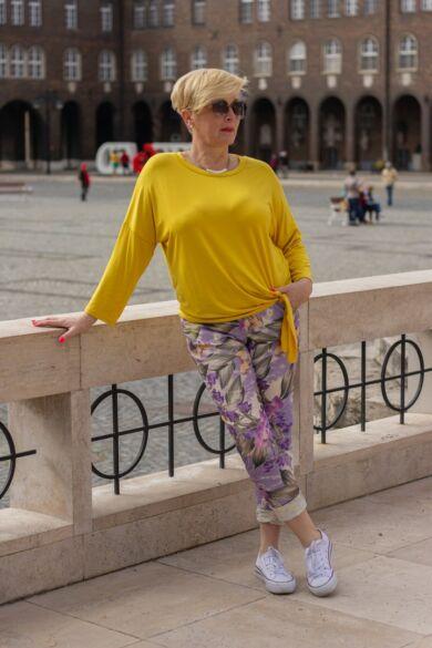 Lila-sárga-zöld színű mintás gumírozott derekú rugalmas pamut-vászon nadrág