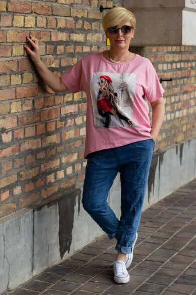 Rózsaszín pamut póló elején női alak