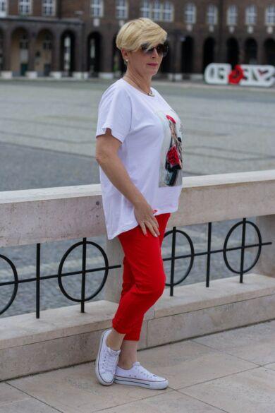 Fehér pamut póló elején női alak