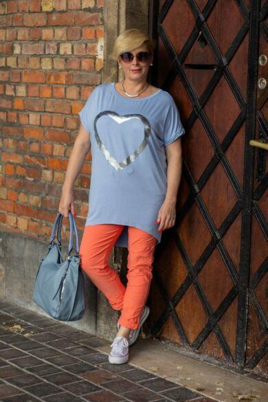 Világoskék pamut póló elején szív alakú mintával