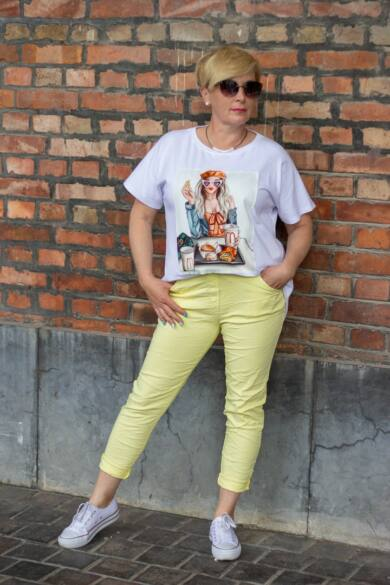 Fehér pamut póló elején női alakos képpel