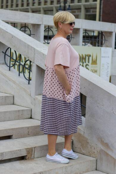 Isabella púder alapon pettyes, kockás géz ruha