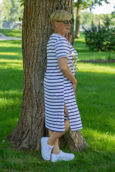 Kék-fehér csíkos ruha, elején arany felirattal
