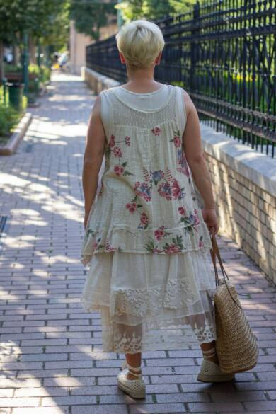 Lara bézs alapon virágos csipkés géz ruha