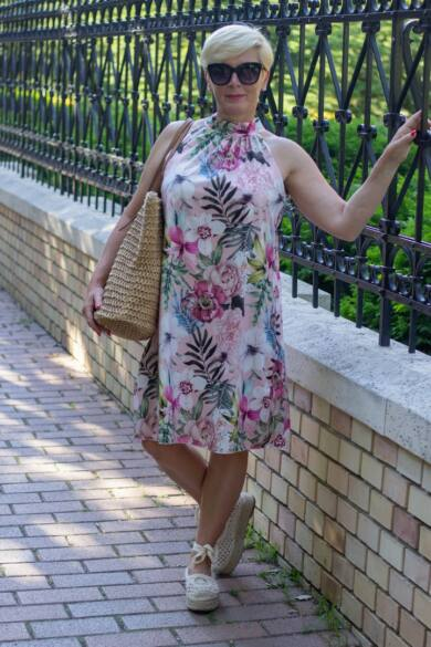Púder szín alapon virágos ruha