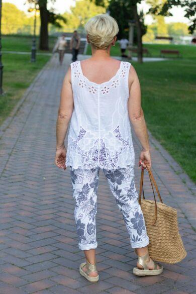 Fehér alapon bézs mintás nadrág