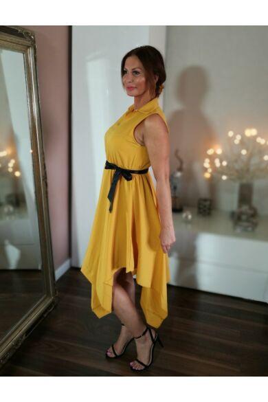 Mustárszínű ujjatlan ruha asszimetrikus szoknyával.