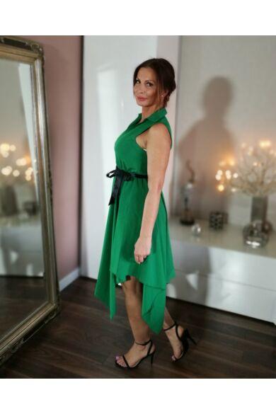 Zöld ujjatlan ruha, asszimetrikus szoknyarésszel.