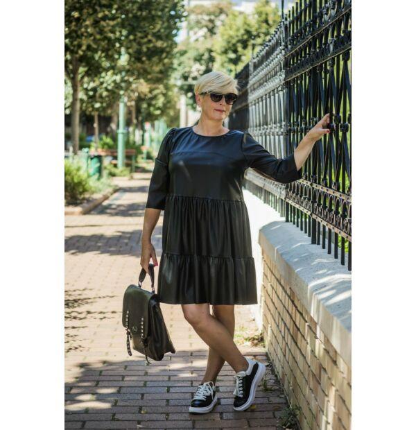 Hélia feketeszínű, fodros megjelenésű egyméretes bőrhatású ruha.
