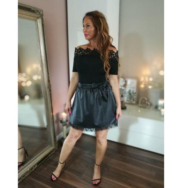 Fekete vállrésznél csipkés rugalmas body+vékony bőrhatású fekete szoknya
