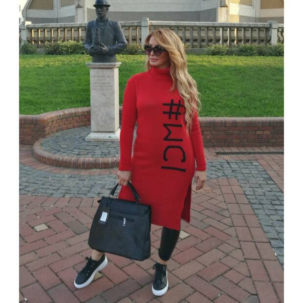 Georgina piros hosszított pulcsi elején fekete feliratos