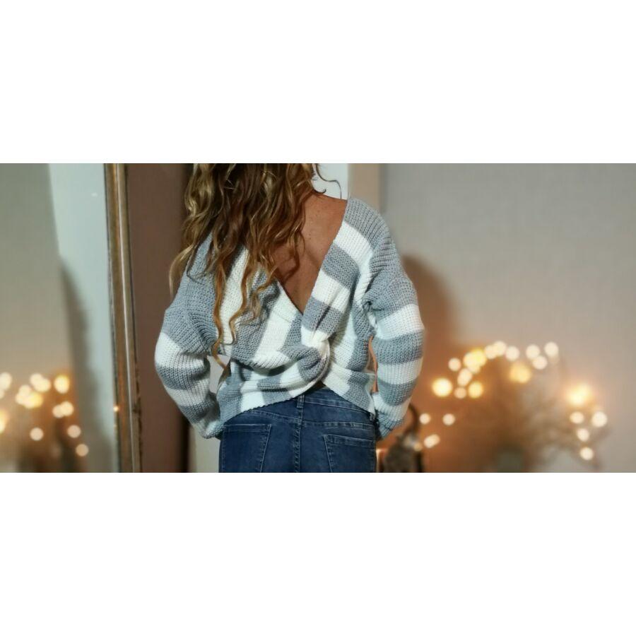 Szürke fehér csíkos,hátán csavart kötött pulóver